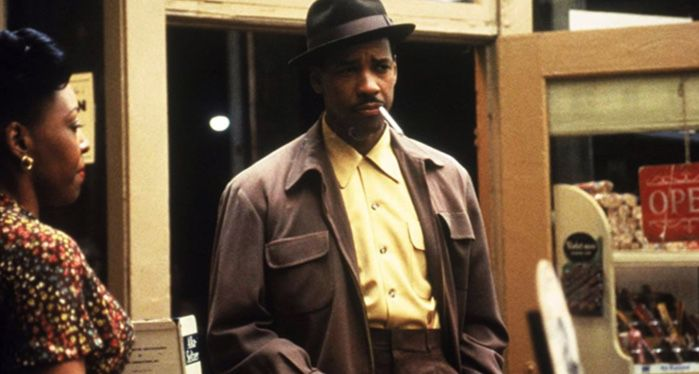 denzel washington as easy rawlins in devil in a blue dress film still